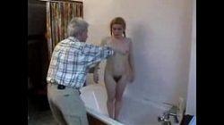 Avô safado fudendo a neta peluda