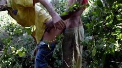 Vídeo de sexo livre no meio do mato com dois gays