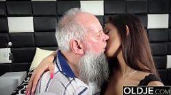 Sexo entre velhos safados e noras gostosas