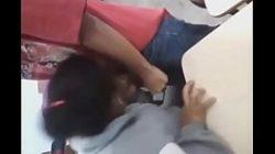 Menina pagando boquete na sala de aula
