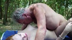Novinha vadia fazendo sexo com velho