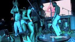 As meninas metendo em cima do palco