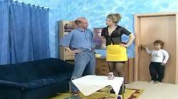 Sapeca anã transando com uma mulher e um homem