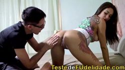 Tatuada gostosa sentou na piroca do seu amante em pono brasileiro