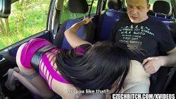 Puta gostosa fazendo sexo no carro