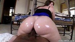 Mulher com mega bundas sentando em rola grande