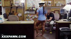 Policial gostosa dando pro seu colega de profissão assistir vídeo