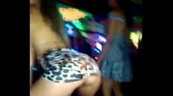 Loirinha gostosa no baile funk se revelando