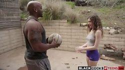 Homem bem dotado negro pegando novinha e metendo a piroca