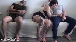 Putaria com marido corno dormindo e esposa mamando amigo