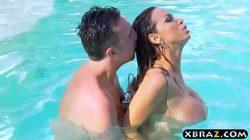 Gostosa fazendo um anal sexo na piscina