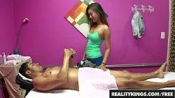 Jovem gostosa fazendo massagem tailandesa com sexo