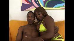 Video mulher nua com um negro comedor