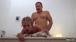Ninfeta em vídeos de sexo fudendo com coroa