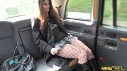 Mulher perdendo cabaso no Fake Taxi