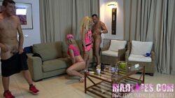 Duas loirinhas vadias em vídeo de sexo gostoso orgia